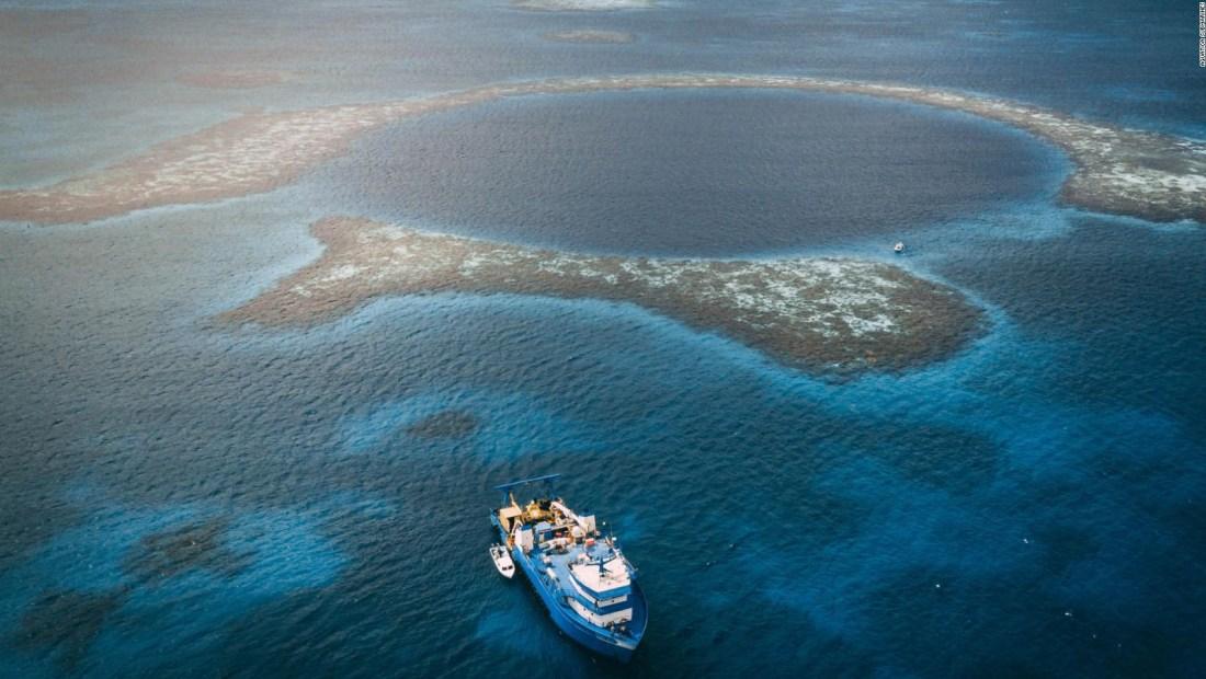 Los secretos que guardan los agujeros azules en el océano