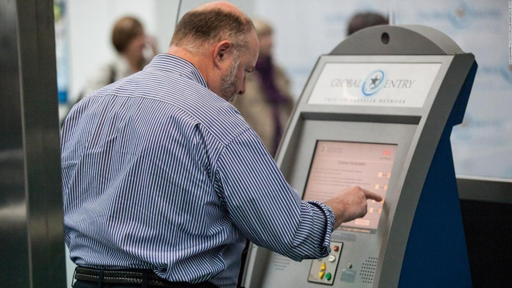 Nueva York: levantan suspensión a programas de viajeros