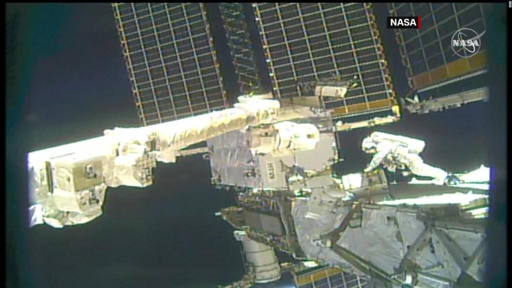 Astronautas realizan una nueva caminata en el espacio