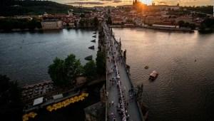 Praga celebra merma del coronavirus
