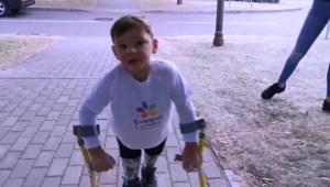Niño con prótesis de piernas recauda más de US$1 millón para hospital al caminar más de 9 kilómetros