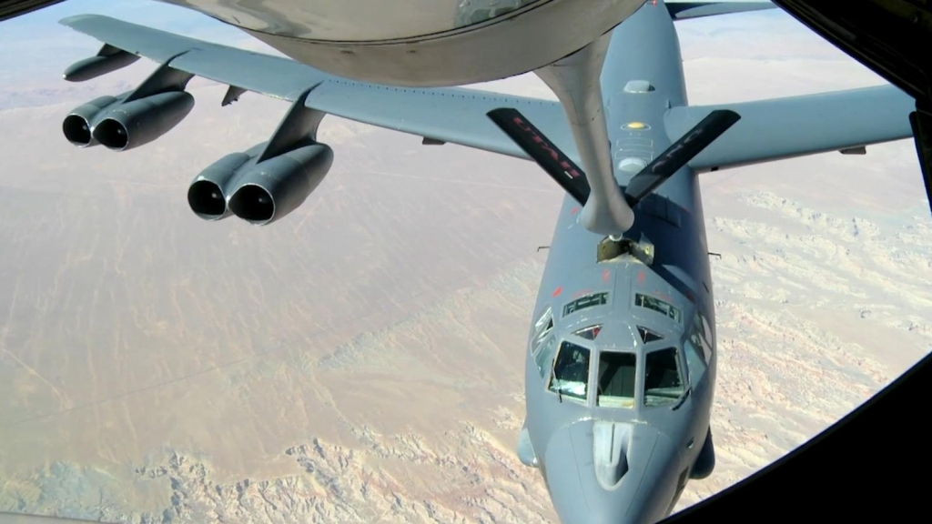Así reabastecen con combustible un avión en el aire