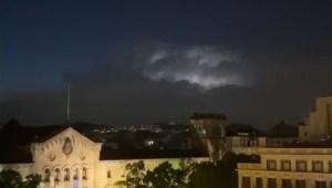Mira el tormentoso amanecer en Barcelona