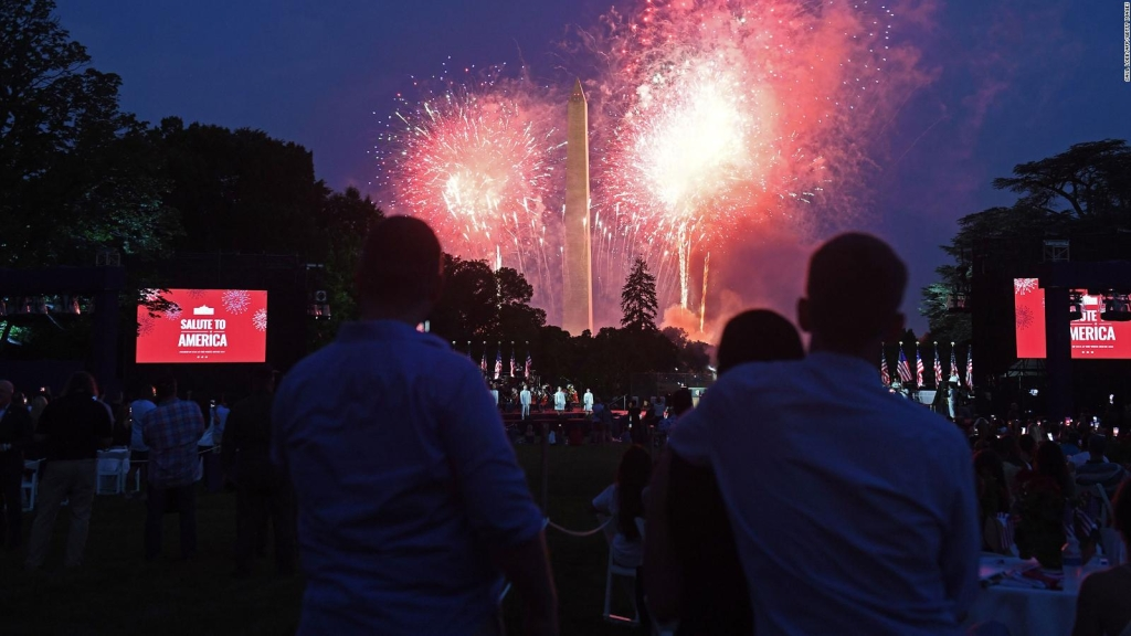 Fuegos artificiales iluminan la noche del 4 de julio