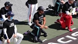 Arrodillados o de pie, pilotos de F1 acompañan a Lewis Hamilton