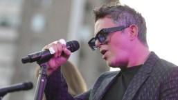 Alejandro Sanz brinda concierto sorpresa sobre un puente