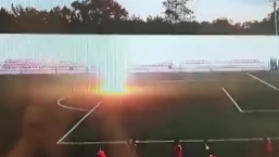 Video: futbolista ruso, en coma tras impacto de trueno