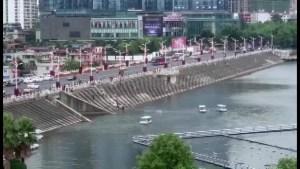 China: 21 personas mueren tras caída de autobús en lago