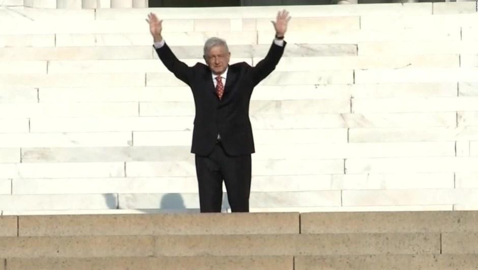 AMLO dos años AMLO saluda a simpatizantes en monumento a Lincoln