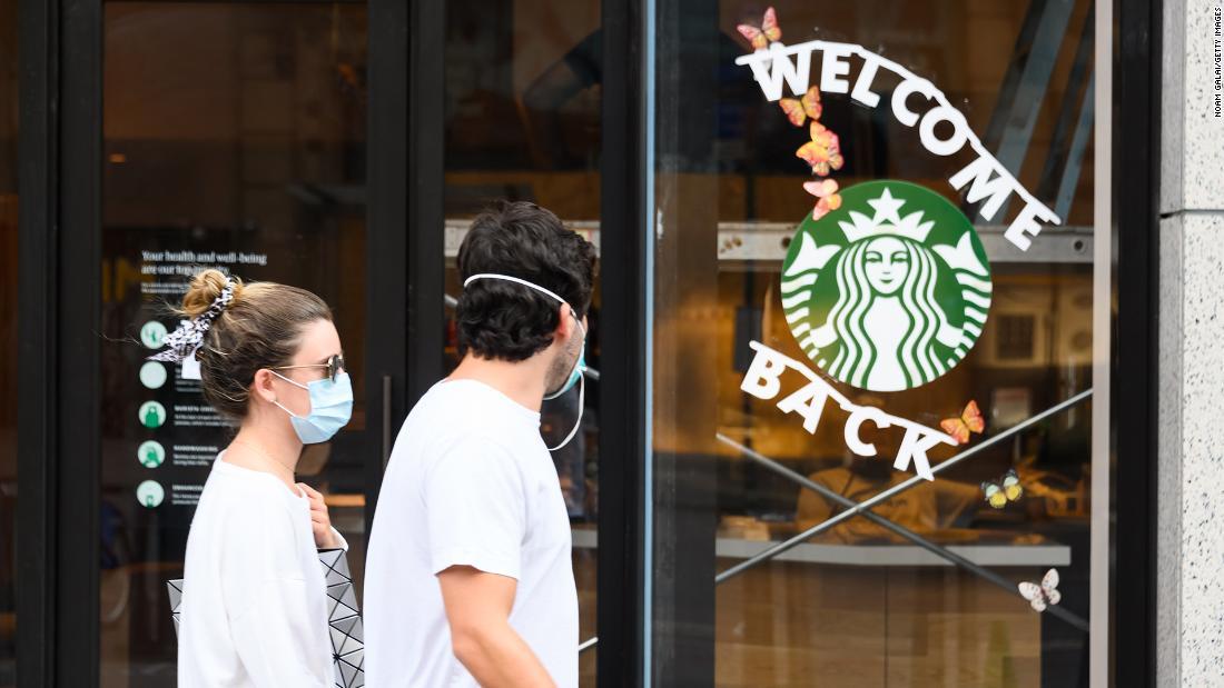 Clientes en todos los Starbucks de EE.UU. tendrán que usar mascarillas a partir del 15 de julio