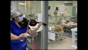Con violín en mano, enfermera anima a pacientes de covid-19
