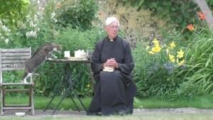 Un gato le roba la leche de un sacerdote en vivo