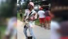 El guitarrista en patineta que cautiva a Atlanta