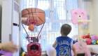 Niño de 2 años demuestra destreza en el baloncesto