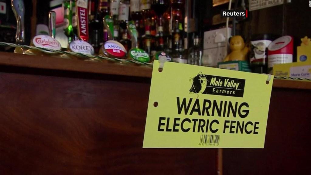 Bar usa cerca eléctrica para el distanciamiento social