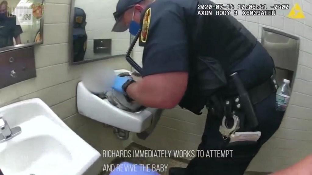 Policía logra reanimar a una recién nacida