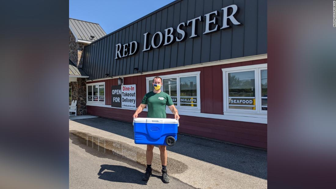 Un empleado de un Red Lobster halló una rara langosta azul y, en lugar de cocinarla, el restaurante la envió a un zoológico