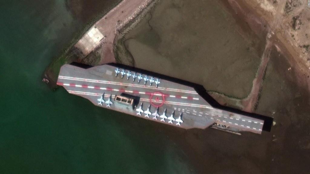 Irán usa maqueta de buque de EE.UU. en práctica militar