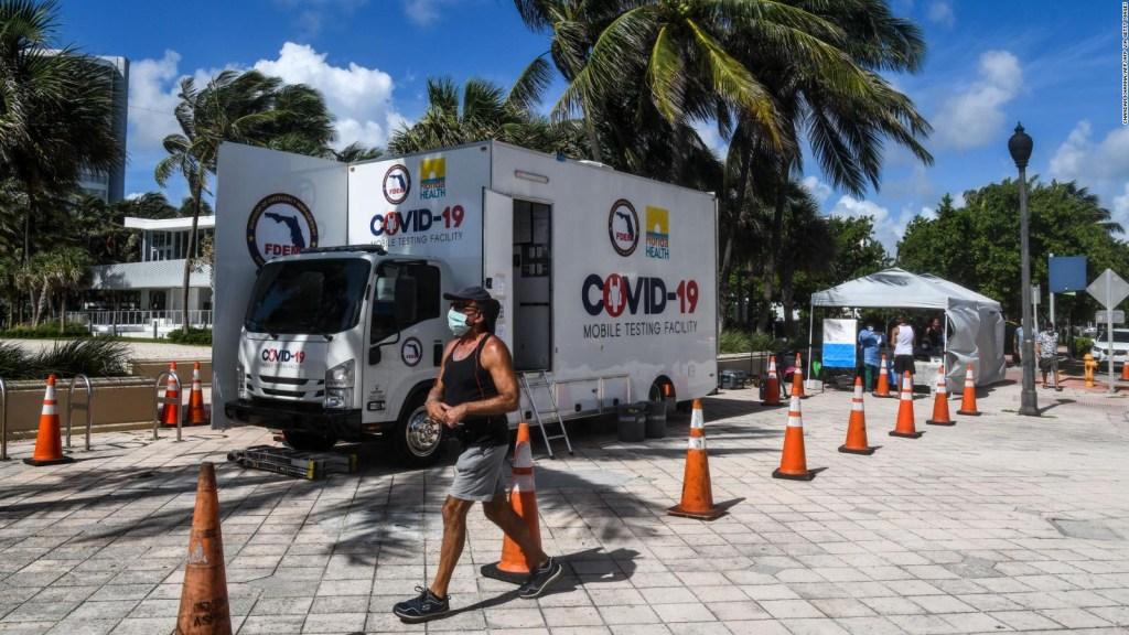 Miami cierra centros de pruebas de covid-19 por la amenaza Isaías