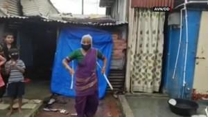 Una abuela en la India sorprende con sus malabares