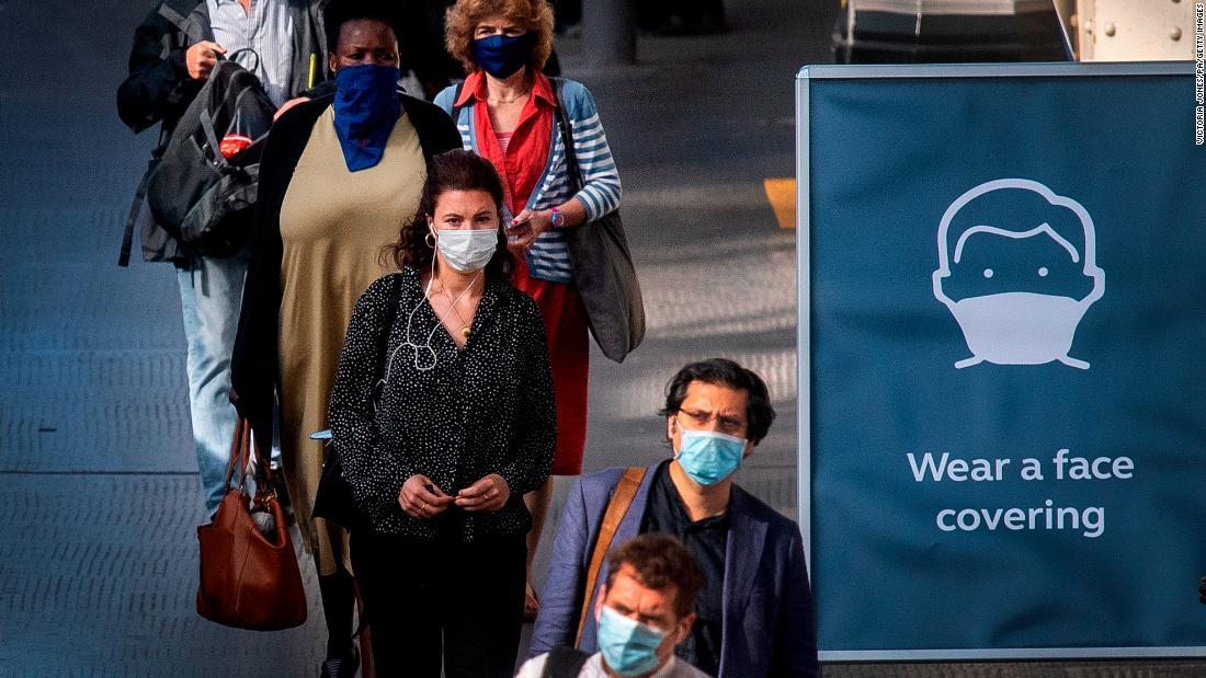 Negarse a usar mascarillas faciales debería ser tan tabú como conducir ebrio, dice el jefe científico de Reino Unido