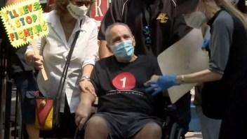 Después de 128 días en un hospital, 51 días con un respirador, el sobreviviente de covid-19 'Larry Milagroso' finalmente está en casa