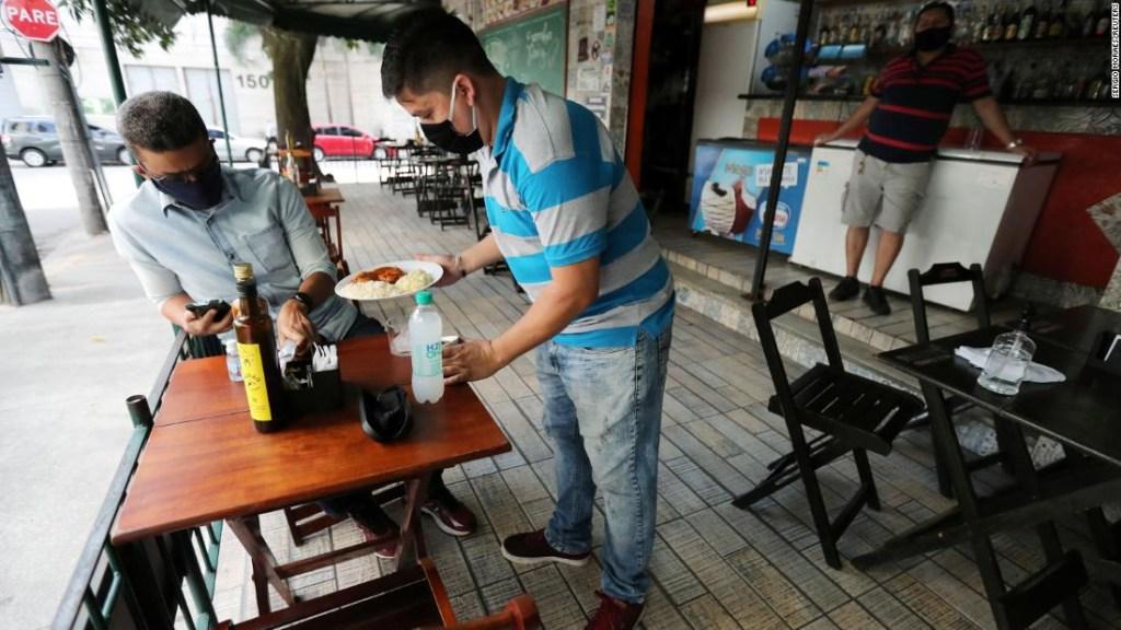 'Enviando a la población al matadero': se abren restaurantes y bares en Río, ya que los expertos advierten que lo peor está por venir