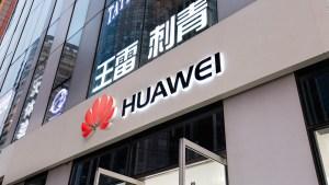 """Trump quiere eliminar tecnología china """"no confiable"""""""