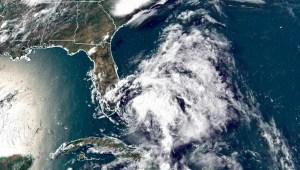 Isaías se degrada a tormenta tropical