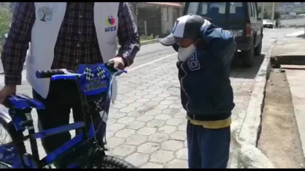 Niño que le pone mascarilla a su perro recibe sorpresa
