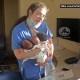 Enfermera carga a tres bebés recién nacidos tras explosión en Beirut