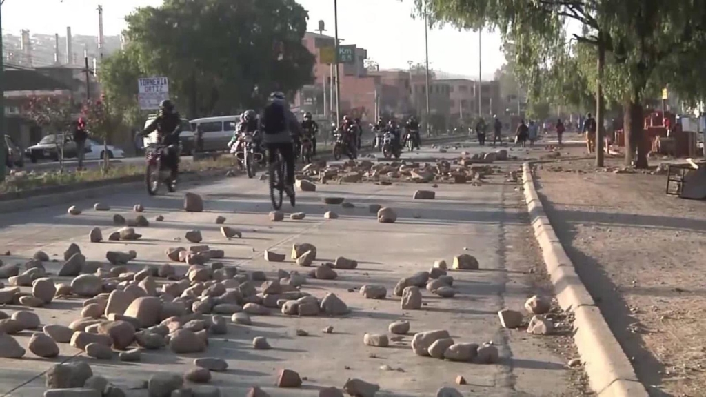 Bloquean carreteras en Bolivia en plena pandemia