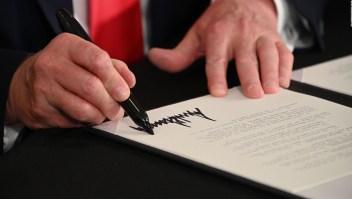 Trump firma decretos de alivio económico