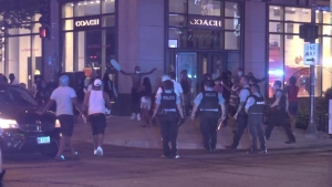 Chicago vive una noche caótica con negocios vandalizados