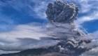 Una erupción volcánica en Indonesia alerta a la población