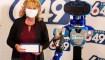 Robot entrega cheque millonario a ganadora de la lotería