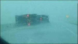 Rescatan al conductor de un camión volcado