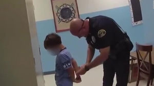 Divulgan video donde policías arrestan a un niño