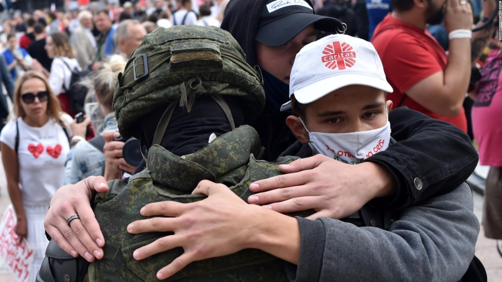 En medio de las protestas, manifestantes se abrazan con miembros de las fuerzas antidisturbios