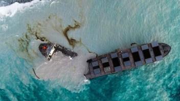 Se parte en dos el barco implicado en el derrame de la isla Mauricio