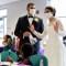 Pareja de novios dona la comida de su fiesta de bodas