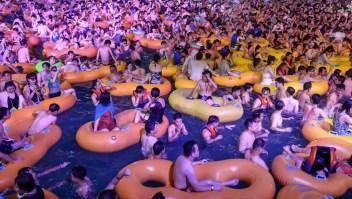 Miles se congregan en un parque de agua de la ciudad de Wuhan
