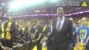 Imágenes obtenidas por CNN revelan el altercado entre el presidente de los Raptors y un agente de la oficina del alguacil