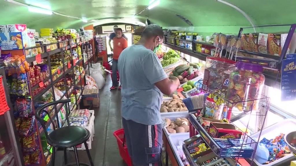 Banda transforma autobús en tienda de productos esenciales
