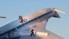 Motociclista realiza voltereta en el ala de un avión supersónico