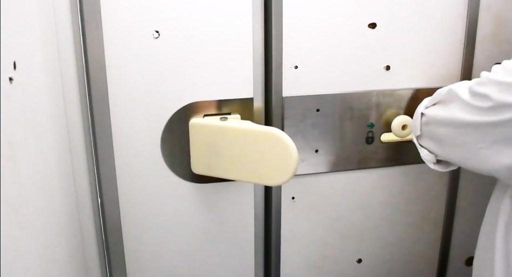 Crean sistema para no tocar las puertas de los baños