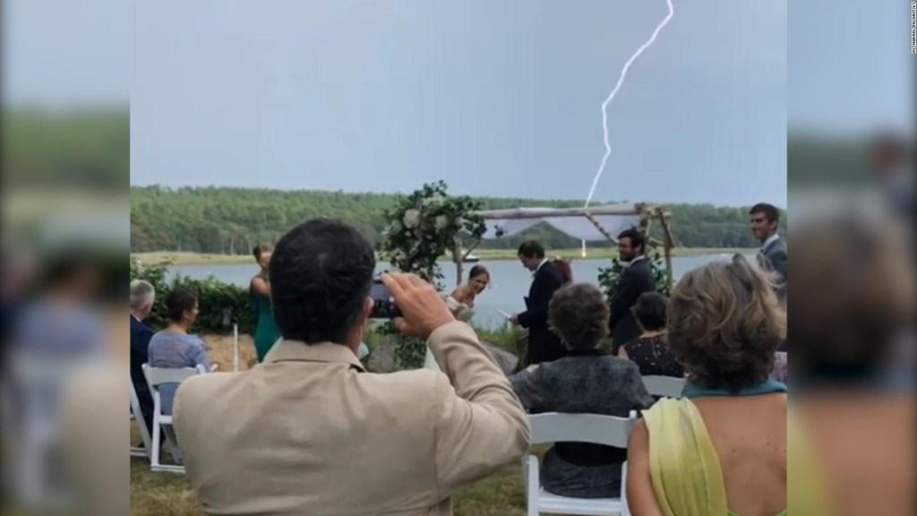 Cae un rayo en un boda mientras bromeaban sobre 2020