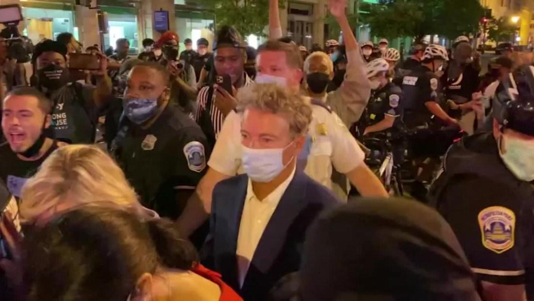 """""""Acabo de ser atacado por una multitud enojada"""", tuiteó Rand Paul"""