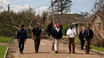 Trump visita zonas afectadas por el huracán Laura