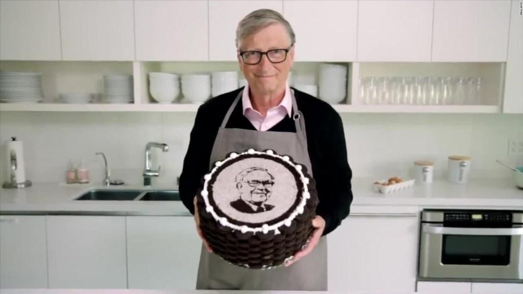Bill Gates le prepara un pastel a su amigo Warren Buffet